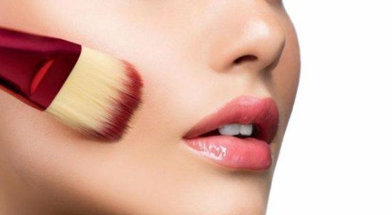 Đánh son môi lâu trôi